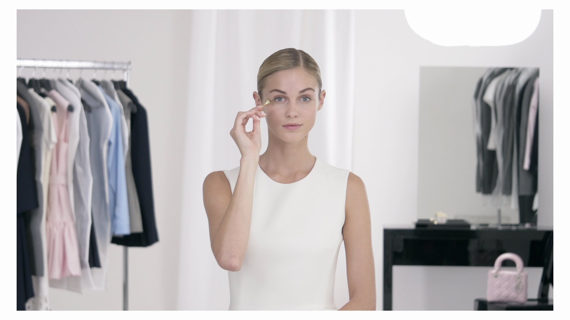 More on http://on.dior.com/dior-prestigeeye The Dior Institut gesture to beautify the eyes to the tips of the lashes thanks to the Open-EyeTM applicator and its dual rotating pearls. #diorskincarehowto Subscribe to […]