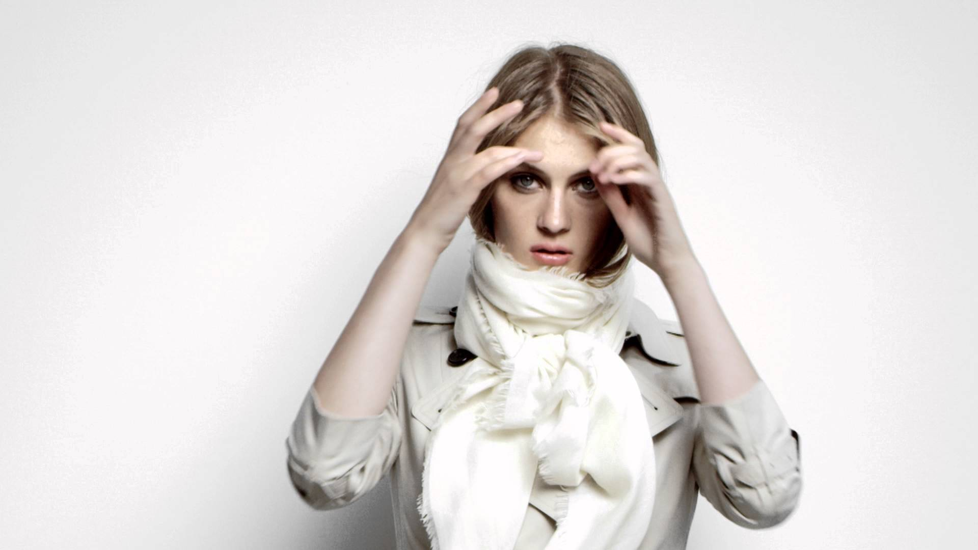 Florence wears her Burberry scarf in The Girl's Cravat style. Follow the tutorial steps to recreate the look: Step 1 – take your scarf from the corners and drape it […]