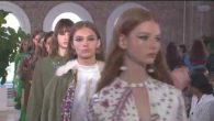 The Resort 2018 Collection by Creative Director Pierpaolo Piccioli looks to the street, with a clear eye and a romantic soul. Submerging in diversity and reaching it in the epicenter […]