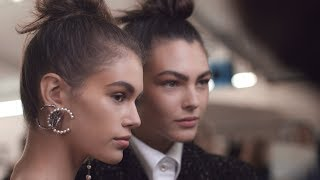 A focus on accessories from the Fall-Winter 2018/19 collection. More about the show on http://www.chanel.com/-YT_FW18-19_RTW Soundtrack: The Liminanas « Ouverture » Courtesy of Because…